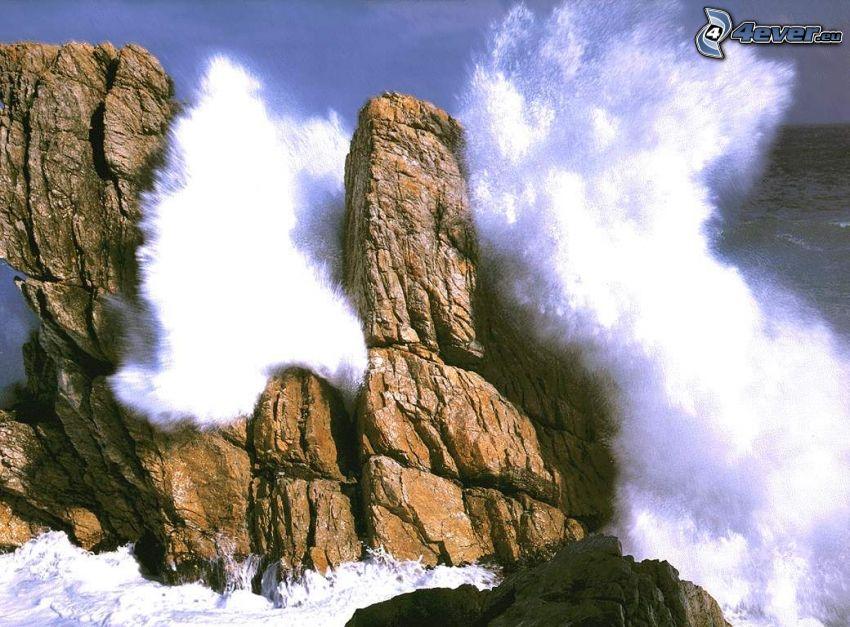 wburzone morze, skalisty brzeg