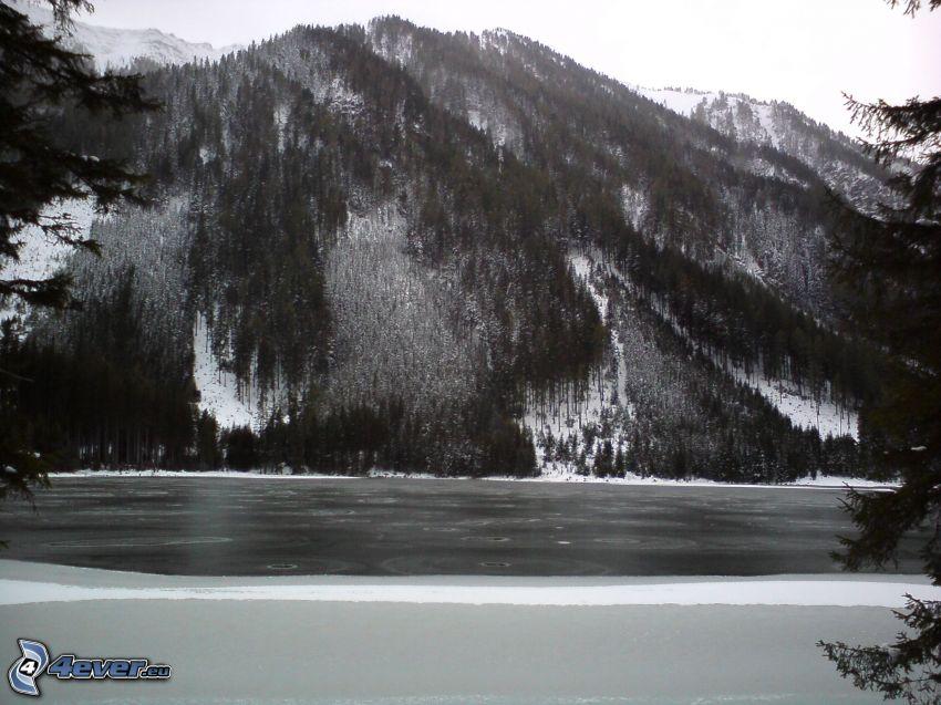 wzgórza, jezioro, zima, czarno-białe zdjęcie