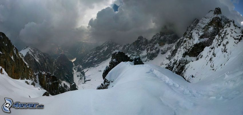 zaśnieżone góry, góry skaliste, chmury burzowe
