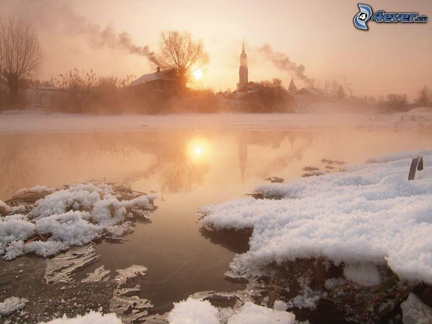 jeziorko, śnieg, lód, wieża kościoła, słabe słońce