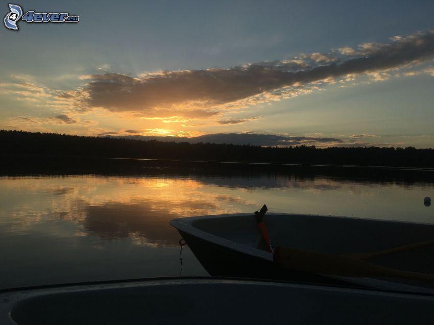 jezioro, łódka, zachód słońca za lesem, chmury