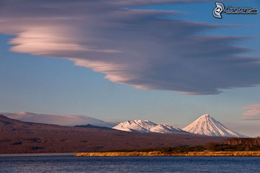 jezioro, zaśnieżone góry, chmury
