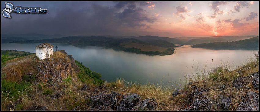 kapliczka, jezioro, panorama, zachód słońca nad jeziorem