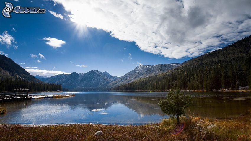Kolsai Lakes, górskie jezioro, pasmo górskie, chmury, słońce