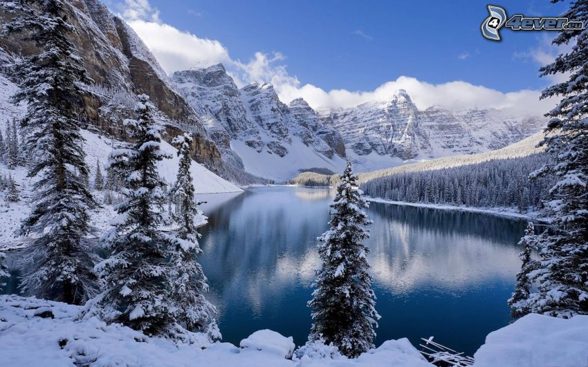 śnieżny krajobraz, jezioro w lesie, zaśnieżone góry