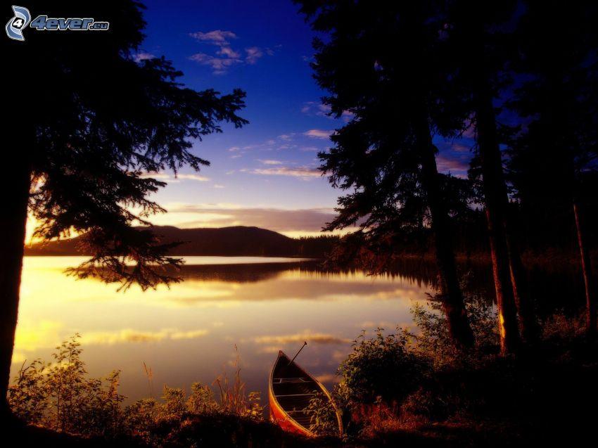 spokojne jezioro wieczorem, łódka, sylwetki drzew