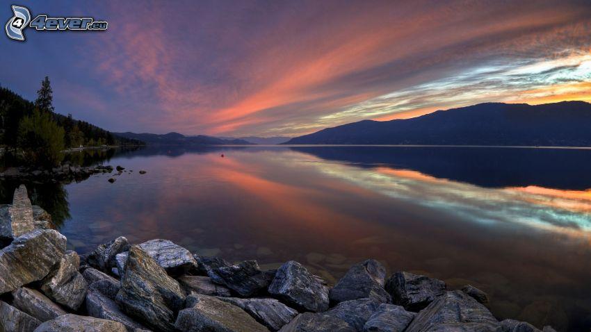 spokojne jezioro wieczorem, po zachodzie słońca