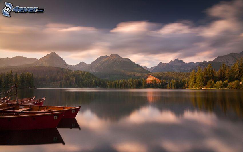 Štrbské pleso, Wysokie Tatry, jezioro, pasmo górskie, łodzie na jeziorze, niebo