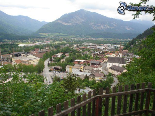 wioska, góra, drewniany płot, widok na miasto
