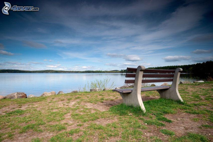 ławeczka nad jeziorem