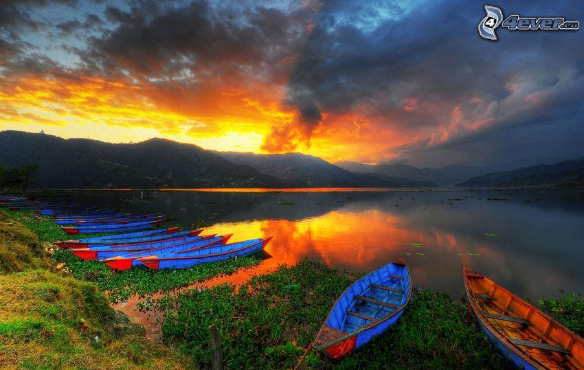 łódki, jezioro, zachód słońca za wzgórzem