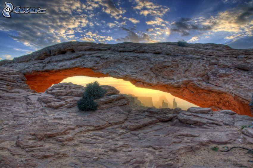 Mesa Arch, brama ze skały, chmury