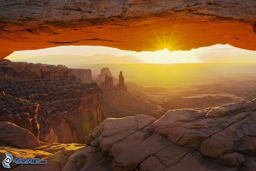 Mesa Arch, brama ze skały, zachód słońca