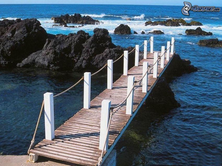 drewniany most, drewniane molo, morze, skały