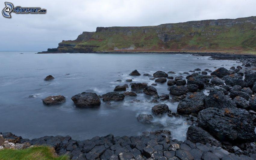 kamieniste nadbrzeże, nadmorskie urwiska, morze