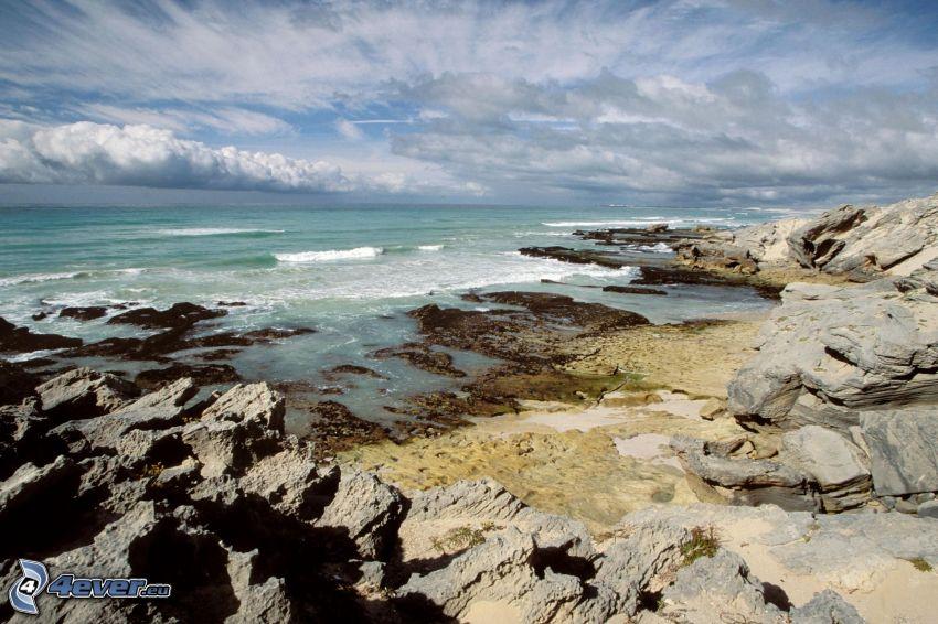 kamieniste nadbrzeże, plaża, piasek, morze, chmury