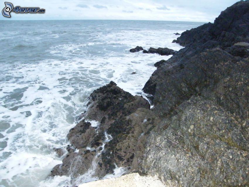 kamieniste nadbrzeże, wburzone morze, Irlandia