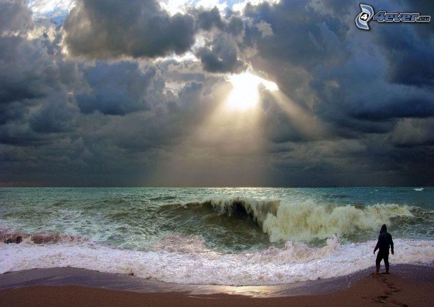 morze, chłopak, plaża piaszczysta, fala, chmury, promienie słoneczne