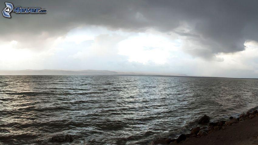 morze, ciemne niebo