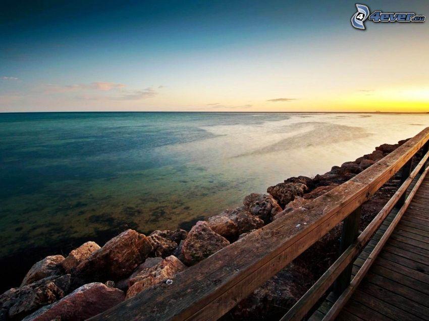 morze, drewniany most, po zachodzie słońca