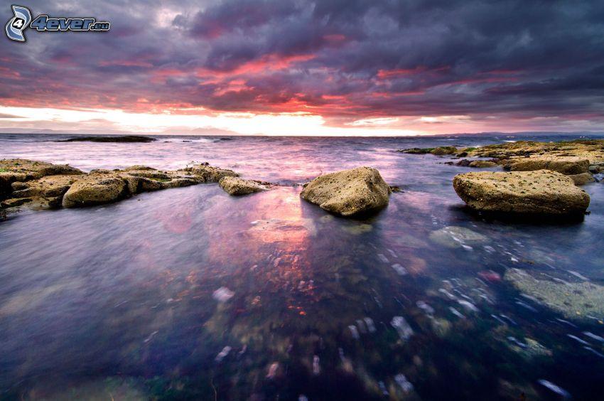 morze, kamienie, ciemne chmury