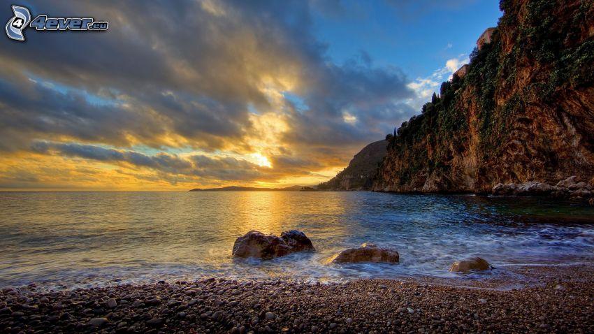 morze, kamienista plaża, niebo o zmroku, HDR
