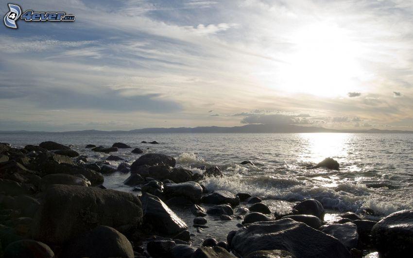 morze, kamieniste nadbrzeże, niebo, światło słoneczne