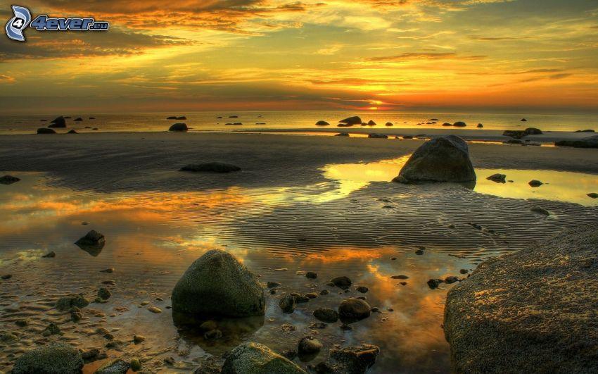 morze, kamieniste nadbrzeże, niebo o zmroku