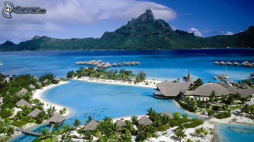 morze, nadmorskie wypoczynkowe domki, góra skalista, palmy