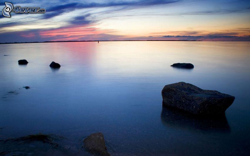 morze, niebo o zmroku, kamienie