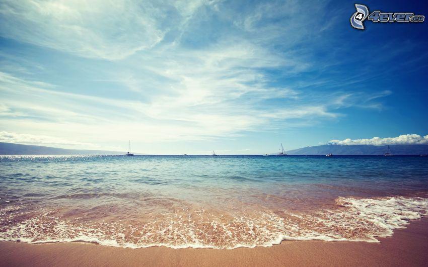 morze, plaża piaszczysta, łódź na morzu
