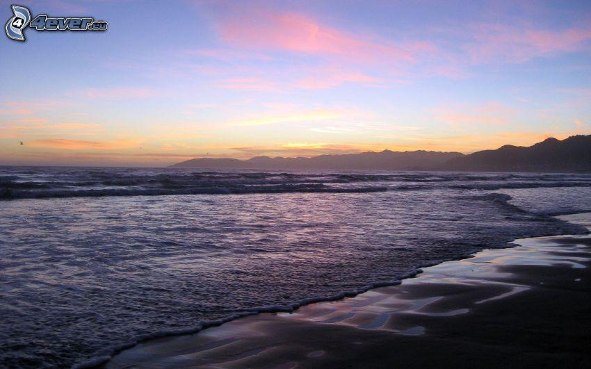 morze, plaża piaszczysta, niebo o zmroku, pasmo górskie