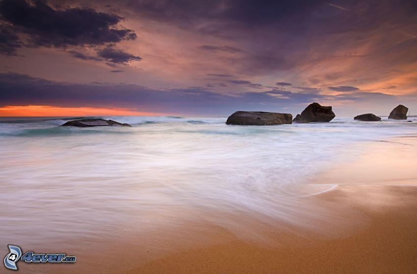 morze, plaża piaszczysta, niebo o zmroku