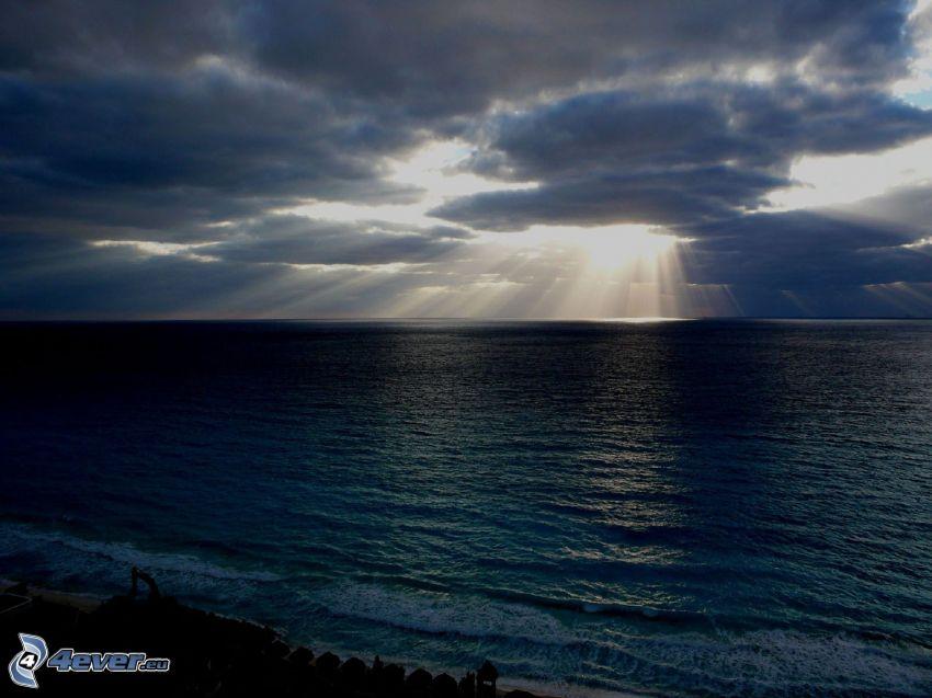 morze, promienie słoneczne, słońce za chmurami