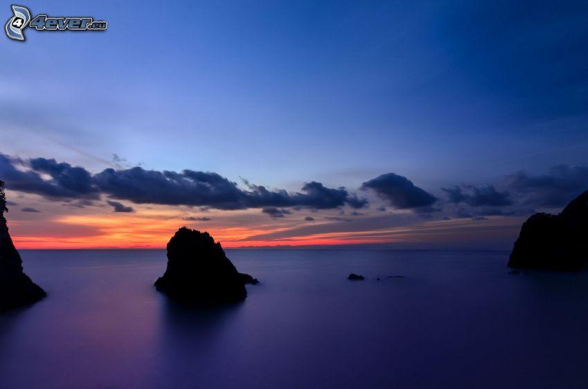 morze, skały, niebo o zmroku