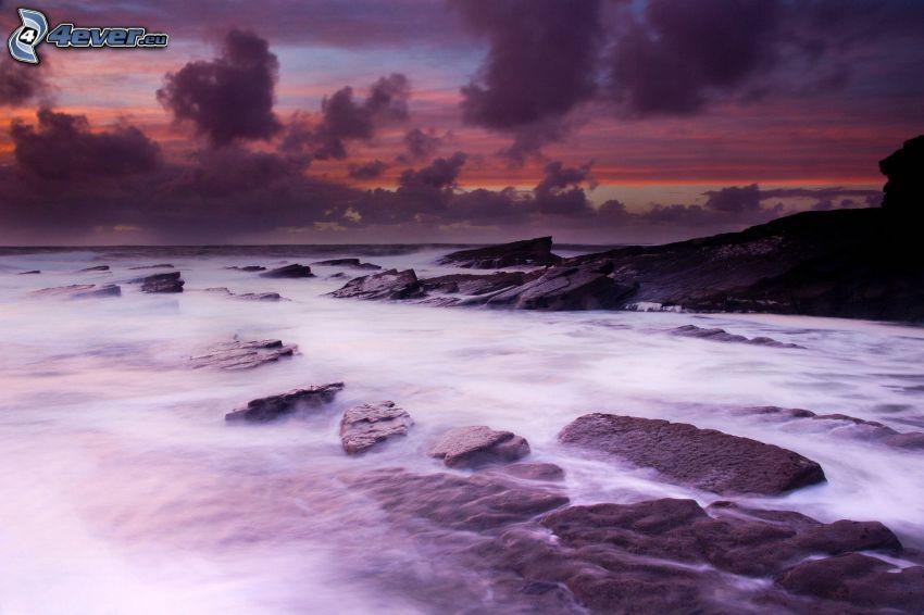 morze otwarte, skalisty brzeg, niebo o zmroku