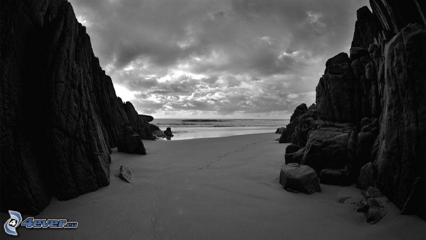 nadmorskie urwiska, czarno-białe zdjęcie