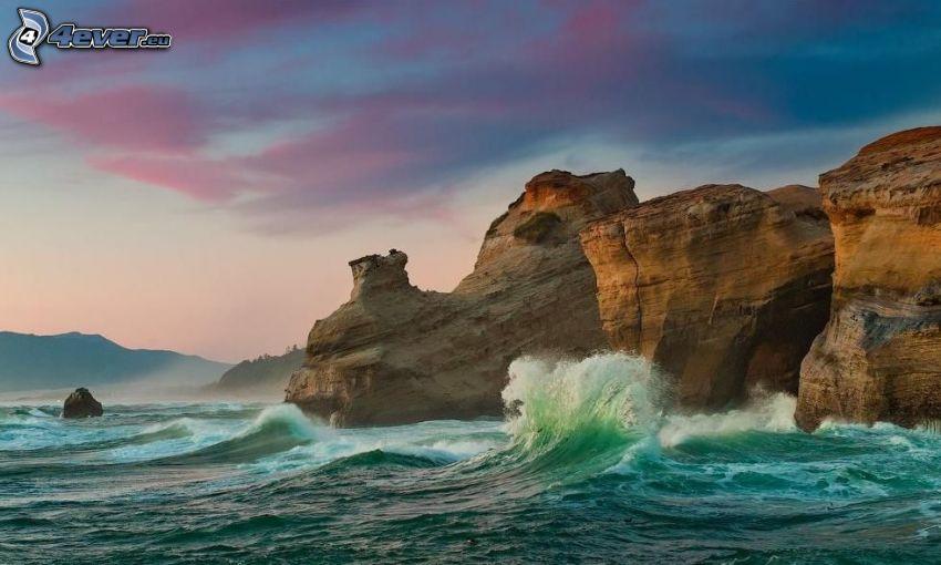 nadmorskie urwiska, skała w morzu, fala, po zachodzie słońca