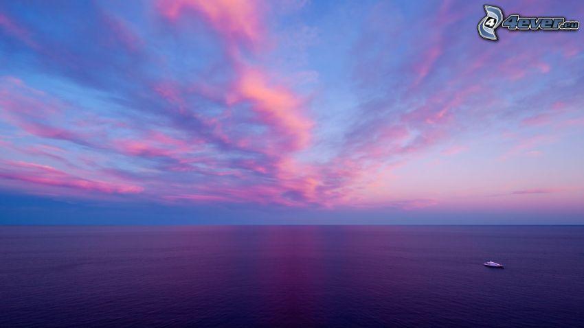 niebo, morze, łódź na morzu