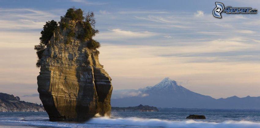 Nowa Zelandia, skała w morzu