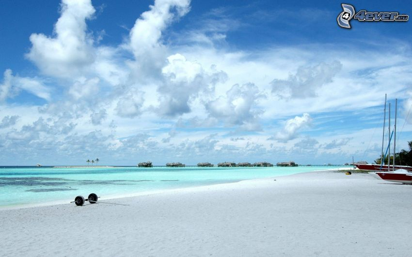 plaża na Malediwach, lazurowe morze, niebo