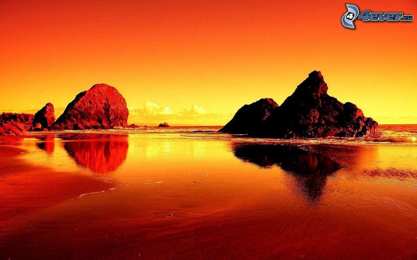 plaża o zachodzie słońca, skalisty brzeg, pomarańczowy zachód słońca