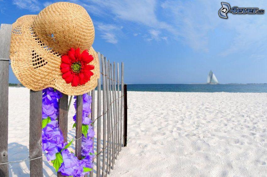 plaża piaszczysta, kapelusz, drewniany płot