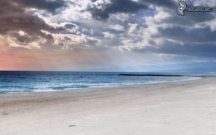 plaża piaszczysta, morze, ciemne chmury