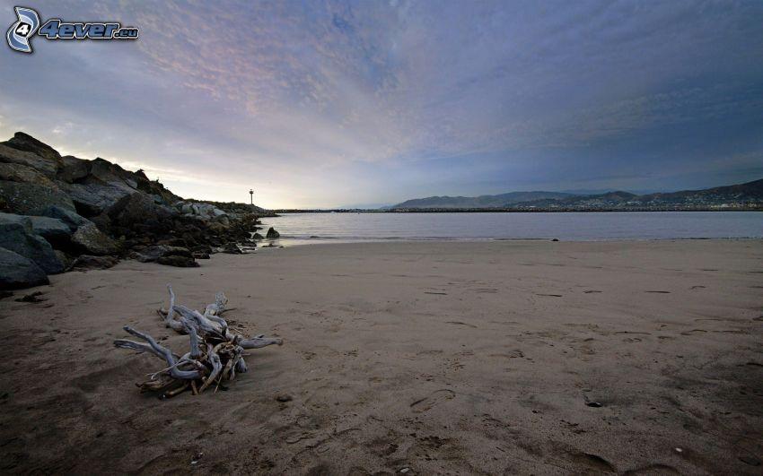 plaża piaszczysta, pasmo górskie, skały