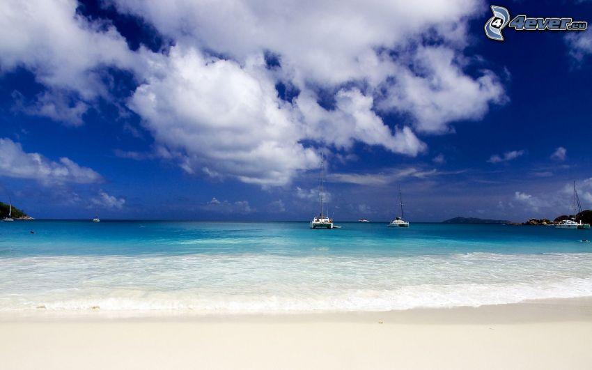 plaża piaszczysta, statki, chmury