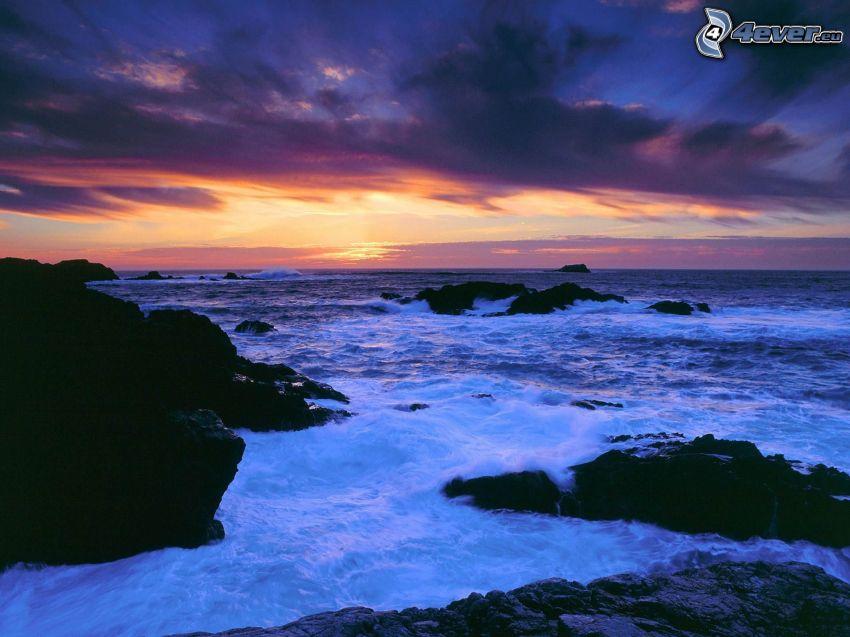 plaża po zachodzie słońca, wburzone morze, fale na wybrzeżu