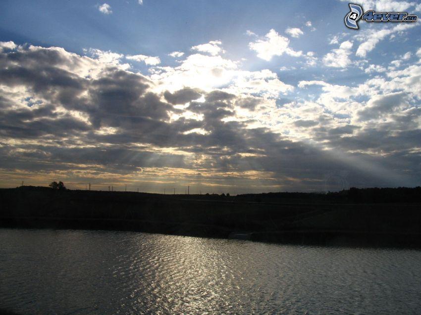 promienie słońca za chmurami, wybrzeże