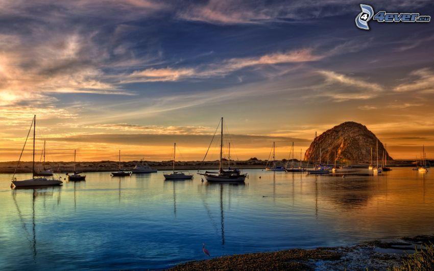 przystań dla jachtów, żaglowce, po zachodzie słońca