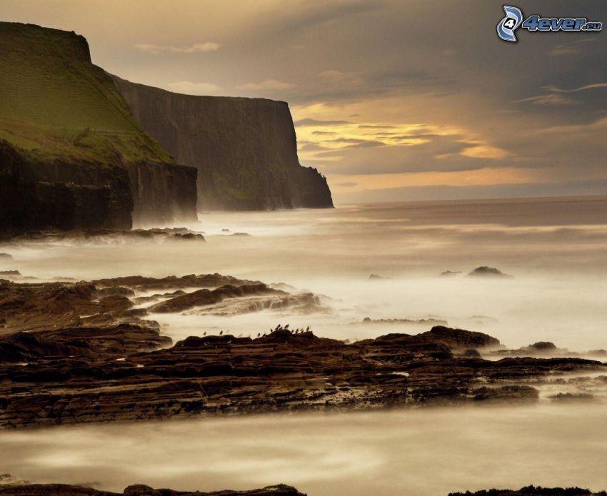 Skaliste wybrzeża Irlandii, nadmorskie urwiska, morze